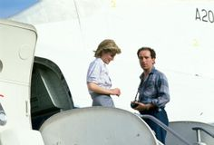 Diana Princess Of Wales Talking To Her Hairdresser Richard Dalton While Their Royal Australian Air Force Plane Stops To Refuel In Fiji Before Going. Cut Her Hair, Hair Cuts, Planes, Spencer Family, Royal Australian Air Force, Princess Diana Pictures, Diana Fashion, Thing 1, Prince Of Wales