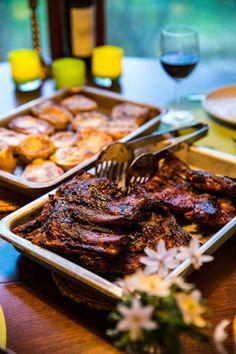 Grillade ribs med coleslaw och ostbakade potatishalvor