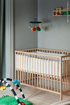 Bebisen sover nog en hel del, men kräver ändå tillsyn och kärlek dygnet runt. Med en spjälsäng nära din egen säng kan du reagera snabbare. I början kan du ha sängbottnen i det övre läget så blir det enklare att lyfta bebisen ur sängen – se bara till att sänka den innan barnet kan sätta sig upp. SNIGLAR Spjälsäng, bok, KLAPPA Babygym. Sniglar, Bok, Barnet, Furniture, Home Decor, Decoration Home, Room Decor, Home Furnishings, Home Interior Design