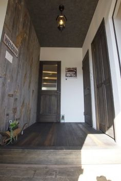 ②玄関ホール 壁に張った板は古材 Brooklyn, Doors, Interior, Ideas, Home Decor, Decoration Home, Room Decor, Design Interiors, Interiors
