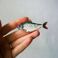 Sparkling brooch sequin embroidery fish brooch. Shiny pin