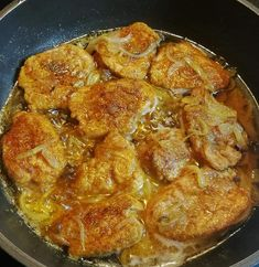 Maso omyjeme, odblaníme a nakrájíme na 1 cm silné medailonky. Hranou ruky je jemně naklepeme, opepříme, posypeme grilovacím kořením a necháme... Curry, Ethnic Recipes, Food, Red Peppers, Meal, Essen, Hoods, Curries, Meals