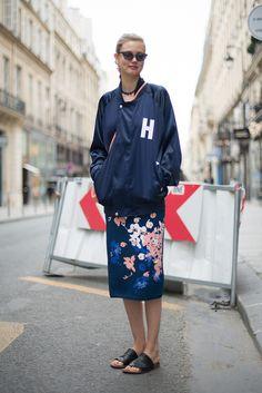 Fügt einem femininen Kleid einen coolen Touch hinzu: Mit einer Bomberjacke