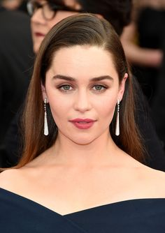 Emilia Clarke was born in London, but grew up at Berkshire countryside. Emilia Clarke graduated from Drama Center in Emilia Clarke is english actress Emilia Clarke Hot, Emelia Clarke, Mother Of Dragons, Julia, Hollywood Actresses, Hollywood Celebrities, Hot Actresses, Beautiful Actresses, Girl Crushes
