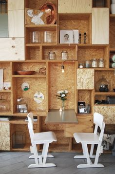 Home Sweet Home: with OSB – Plumetis Magazine - Plywood Furniture, Diy Furniture, Furniture Design, Industrial Furniture, Interior Paint Colors, Gray Interior, Interior Painting, Painting Doors, Osb Wood