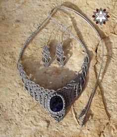 macramotiv.com Micro-macrame knotted jewellery set with sodalit cabochon.  Csomózott makramé ékszerszett szodalit ásvánnyal. Meska boltom:  https://www.meska.hu/Shop/index/17554