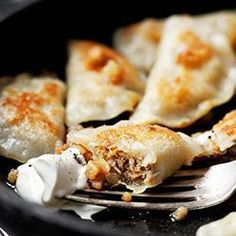Pierogi z mięsem i pieczarkami-------------- 450 g bloem Diner Recipes, Cooking Recipes, Delicious Dinner Recipes, Great Recipes, How To Cook Polenta, Empanadas, Pierogi Recipe, Polish Recipes, Polish Food