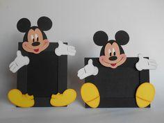 """Kit com 4 porta retratos Mickey em padrão 10 x 15 em EVA.  Kit composto por:  *Mickey horizontal  *Mickey vertical  *Mickey """"Jackson""""  *Mickey e Minnie - Noivos  Temos outras cores disponíveis para a moldura,  Consulte-nos!"""
