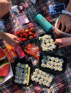 Aesthetic food - n healthy ☽☀️︎ Dessert Sushi, Dessert Food, Comida Picnic, Food Goals, Summer Picnic, Beach Picnic Foods, Summer Travel, Picnic Date Food, Picnic Snacks