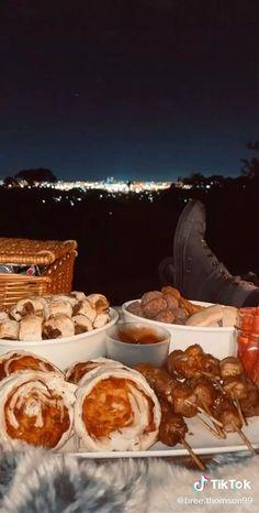 Romantic Date Night Ideas, Romantic Dates, Romantic Picnics, Romantic Dinners, Surprise Date, Surprise For Girlfriend, Romantic Surprise, Picnic Date Food, Comida Picnic