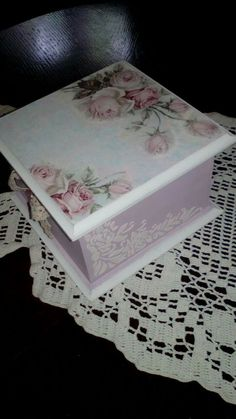 Cx quadrada Decoupage Drawers, Decoupage Furniture, Decoupage Box, Decoupage Vintage, Mod Podge Crafts, Decoupage Tutorial, Shabby, Pretty Box, Altered Boxes