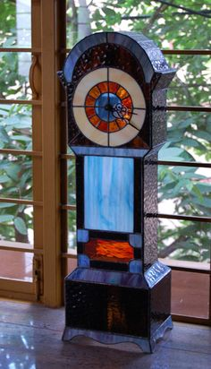 look, look, a stained glass clock! Awesome, someone's is creative. Stained Glass Suncatchers, Stained Glass Lamps, Stained Glass Designs, Stained Glass Panels, Stained Glass Projects, Stained Glass Patterns, Mosaic Glass, Fused Glass, Tiffany Glass