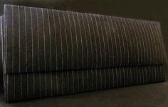 Maxi bolsa estilo envelope, produzida em cartonagem artesanalmente. Revestimendo externo de tecido jeans azul ou preto risca de giz. Revestimento interno em tecido poá miúdo preto e branco. Fechos tipo botão com imã. Pode ser confeccionada com outros tecidos.  PAGAMENTO VIA PAYPAL: 20% DE ACRÉSCIMO NO VALOR DO PRODUTO  Contato: pitangacrafts@gmail.com  Informações do Produto Peso: 300 gramas  Largura: 3 cm  Altura: 18 cm  Comprimento: 40 cm R$60,00