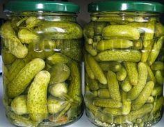 1 kg de pepinos pequenos lavados 2 litros de água 1 colher de sopa de sal 1/2 xícara de vinagre 4 folhas de louro pimenta-do-reino em gr...
