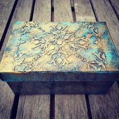Cómo reciclar y decorar una caja con pasta de relieve casera y pátinas