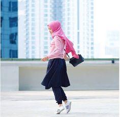 Goresan Pena Permata: Tetap Menawan Dengan Perpaduan Celana Jogger dan H...