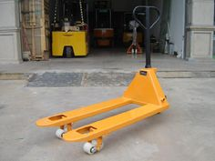 "WS-DF Hand Pallet Truck  Hand Pallet Truck/ Pallet Truck/WS-DF Hand Pallet Truck  Chinacoal10 Product Description DF hand pallet truck is the ideal""storage aid"" and ""handling partner"" for all manual transport tasks over short distances.  Standard painting system ensures the best powder coating and painting quality.  210 degrees turning radius adds to manoeuvrability.  Reliable oil leak-proof hydraulic system. Model		WS-DF	WS-DF	WS-DF Capacity	kg	2000	2500	3000 Min fork…"