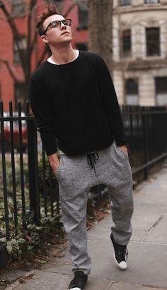 黒セーターにジョガーパンツをあわせた海外の着こなし