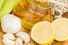 Quando esta com gripe pode optar por este remédio caseiro, a base de alho, mel e limão. Ingredientes : 3 dentes de alho descascados 5 folhas frescas de euc