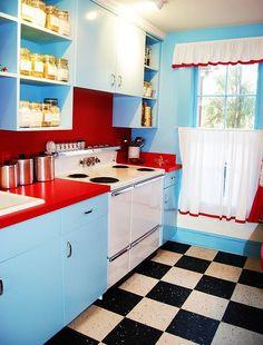 Essa combinação de azul e vermelho na cozinha é tudo de bom!  Via Flickr Marge Samuel 50's Kitchen, tem outra com turquesa e amarelo aqui ó http://remobilia.com/2013/07/10/inspiracao-do-dia-87/
