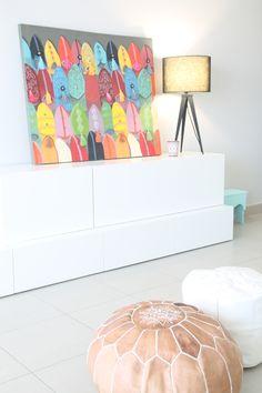 moroccan style in my home. dar amïna blog. puf marroquí y cuadro de babuchas