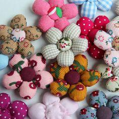 Gamme de barrettes fleurs en tissu, faites à la main pour vos petites filles.