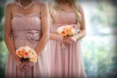 dusky pink bridesmaid´s dresses + soft peach bouquets
