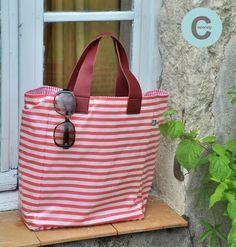 Cet été j'ai cousu un nouveau modèle de sac cabas avec un tissu que j'adore et de belles anses en cuir  !       Doublé avec un coton rayé lu...
