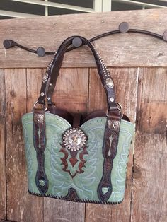 Dark green cowboy boot purse with star conchos - Stiefel Cowboy Boot Crafts, Westerns, Old Boots, Western Purses, Skirts With Boots, Best Purses, Boho Bags, Star Wars, Leather Projects