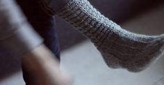 """VIHDOIN! Eihän tässä mennyt kuin puoli vuotta. Miten tämä olikaan niin vaikeaa! Mies toivoo nöyrästi vaimoltaan """"ihan perus villasukkia... Wool Socks, Knitting Socks, The Happy Hooker, Crochet Accessories, Mittens, Knitting Patterns, Knit Crochet, My Style, Crocheting"""