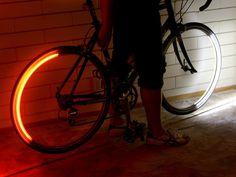 LED-Strings an den Felgen leuchten die Straße aus und machen dich sichtbar in der Nacht.