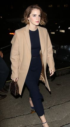 Emma Watson wearing Paul Andrew Watson Pumps, Gabriela Hearst Resort 2016 Long-Sleeve Ribbed Dress, Stella McCartney Falabella Clutch and Behno Stein Coat Emma Watson Style, Emma Watson Beautiful, Emma Watson Casual, Emma Watson Fashion, Emma Watson Dress, Emma Watson Outfits, Star Fashion, Look Fashion, Fashion Trends