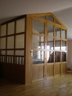 cerramiento de la subida de escalera a la bajo cubierta en madera y cristal