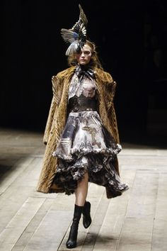 Brand: Alexander McQueen  Season: Fall / Winter 2006 Ready-to-Wear  State: Paris