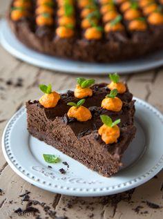 Nopeat kakkuideat pelastavat arkisen aherruksen keskellä. Onneksi helppous ja herkullisuus voidaan yhdistää samaan pakettiin! Klassinen suklaamousse on esimerkki helposta kakuntäytteestä ja sen varioimiseen voi valjastaa koko makeishyllyn tarjonnan. Mintun ystävä valitsee täytteeseensä tummaa minttusuklaata, jota löytyy eri merkeiltä. Täytteen valmistamiseen ei tarvita kerman ja suklaan lisäksi kuin hieman sokeria. Makeamman suklaalaadun kanssa senkin voi jättää […]