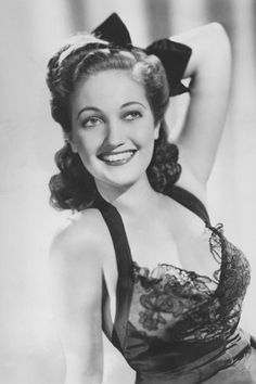1946 Dorothy Lamour - Southern Hair the Year You Were Born - Southernliving. This Louisiana native and World War II pinup girl could… Old Hollywood Movies, Old Hollywood Stars, Old Hollywood Glamour, Vintage Glamour, Vintage Hollywood, Classic Hollywood, Hollywood Actresses, 40s Hairstyles, Vintage Hairstyles