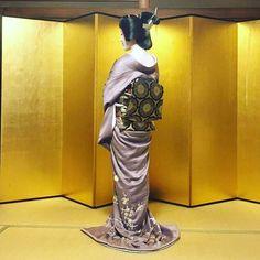 富多愛さん  December 2016: Geiko Tomitae (Tomikiku Okiya) of Gion Higashi showing off her gorgeous kimono-ensemble.