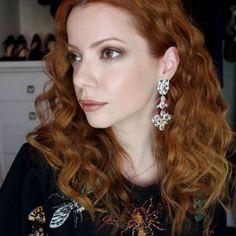 Julia Petit ensina maquiagem de outono em tons de cobre inspirada nas maquiagens de verão desta edição do SPFW e um cabelo com textura natural e com muito vo...