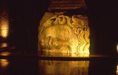 Statua nella cisterna romana. Istanbul.