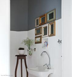 Em uma pequena reforma, a moradora pintou os azulejos do lavado de branco e adotou o cinza chumbo na parede.