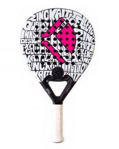 Pala de pádel Kaitt Zinc Lady Espectacular y llamativo acabado mate con el logo en rosa fluor. Bajo este llamativo diseño encontramos una pala de tacto blando, muy manejable, bien equilibrada y con una calidad de materiales excepcional.
