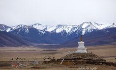 Panorama Blick auf den Rongbuk Kloster sowie das Mount Everest Basislager. Mit unseren Tibet Reise Angeboten lernen Sie das Mount Everest Tibet in all seinen landschaftlichen und kulturellen Facetten kennen.