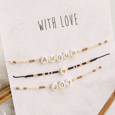 Diy Jewelry Inspiration, Accesorios Casual, Necklace Display, Letter Beads, Jewelry Model, Bead Shop, Diy Hair Accessories, Wholesale Beads, Jewelry Packaging