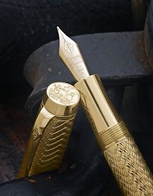 Waarom ook niet, als je je geld toch niet kan opkrijgen in… An gold pen? Why not, if you can't raise your money in a lifetime … For the people with expensive taste. Expensive Pens, Expensive Taste, Most Expensive, Star Wars Droiden, Stylo Art, Conway Stewart, Mein Portfolio, Luxury Pens, Fountain Pen Ink