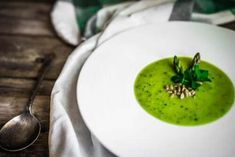 A sweet, spicy, refreshing soup. Whether you're a gazpacho expert or have never tried it, this watermelon matcha gazpacho will be your new favorite! Vegan Split Pea Soup, Vegan Soup, Green Tea Recipes, Raw Food Recipes, Gazpacho Recept, Cream Of Vegetable Soup, Detox Soup Cabbage, Pulp Recipe, Blueberry Salad