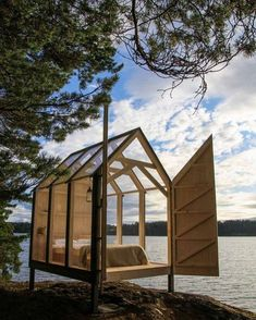 Ecologic Scandinavian garden connected to nature .- Ecologic city garden connected to nature Scandinavian garden - paul marie creation Scandinavian Glass Cabin, Glass House, Scandinavian Garden, Rustic Stone, Cabins In The Woods, Play Houses, Architecture, Glamping, Tiny House