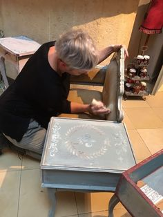 #anniesloan #anniesloanchalkpaint #chalkpaint #timimoo #sessel #chair #lebensfreude #painting #diy Annie Sloan Chalk Paint, Boutique, Bed And Breakfast, Event Design, Chair, Diy, Painting, Indoor Courtyard, Joie De Vivre