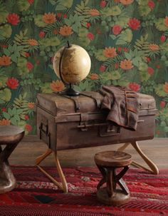 How to divert an old suitcase The tutos of Mr Benoit Day flea market France 3 Suitcase Decor, Suitcase Table, Vintage Suitcases, Vintage Trunks, Diy Home Crafts, Diy Home Decor, Old Window Crafts, Diy Furniture, Furniture Design