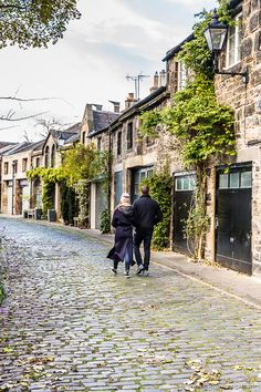 couple walking down the cobblestones in beautiful Circus Lane, Edinburgh. Edinburgh Travel, Edinburgh Castle, The Places Youll Go, Cool Places To Visit, Places To Travel, Scotland Road Trip, Scotland Travel, Countryside, Amsterdam