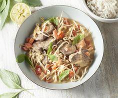 Il basilico thailandese ha un sapore molto diverso da quello che conosciamo noi. Questo basilico molto fresco con un tocco di anice si abbina perfettamente con il curry piccante e i deliziosi straccetti di manzo. Portate il sole thailandese a casa vostra con questo saporito stufato orientale. Buon appetito!